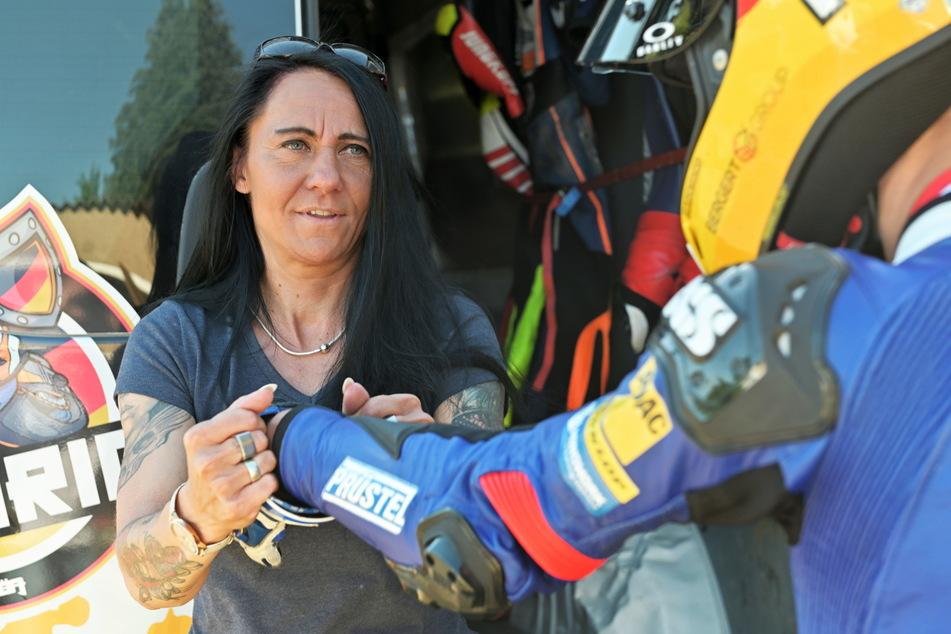 Beim Anziehen der Handschuhe darf Mutter Brit Heinrich (45) ihrem Sohn Freddie noch helfen.