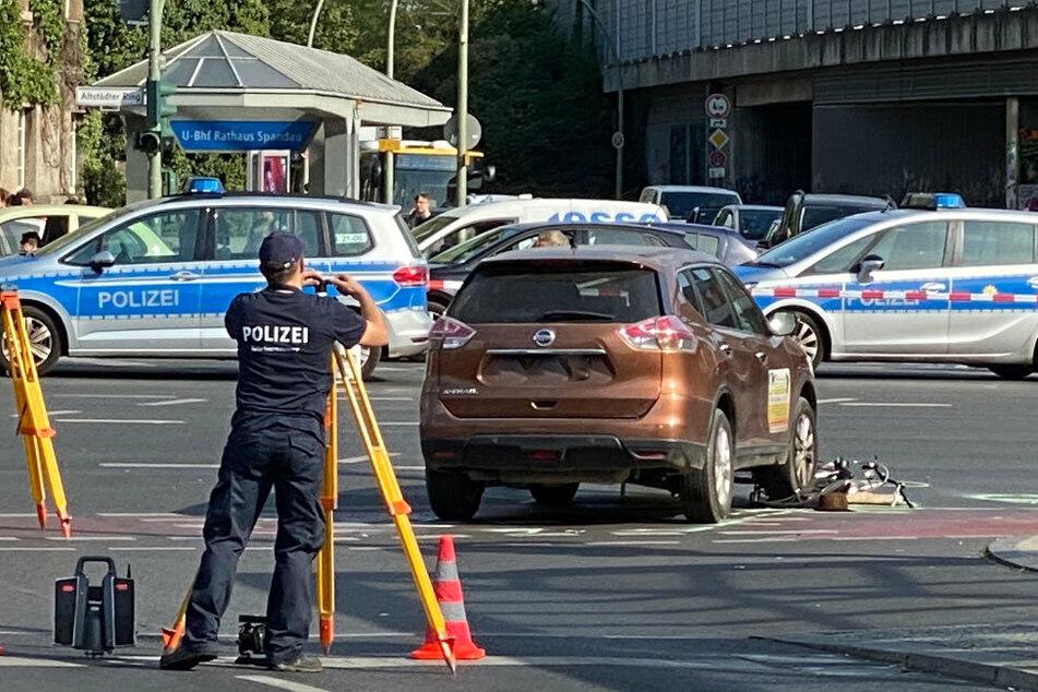 Die Polizei hat den Altstädter Ring zwischen Moritzstraße und Seegefelder Straße in beiden Richtungen gesperrt