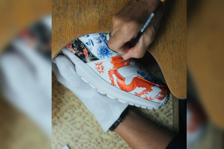 Auch das bekannte Motiv des roten Drachens wurde in präziser Handarbeit auf den Schuh gemalt.