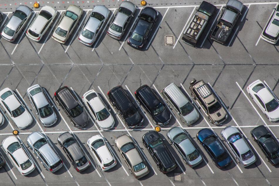Die Frau verursachte beim Ausparken einen massiven Schaden. (Symbolbild)
