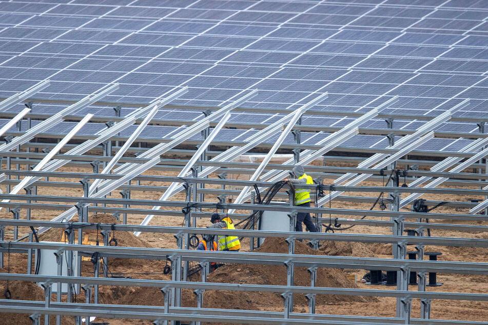 Auf dem Gebiet des Tagebaus Jänschwalde soll ab 2023 ein großer Energiepark entstehen, ähnlich wie hier in Mecklenburg-Vorpommern.