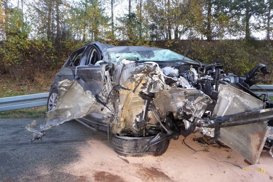 Der VW Polo erlitt einen Totalschaden. Die Insassen, eine Frau (57) und zwei Kinder (4, 10) mussten in ein Krankenhaus gebracht werden.