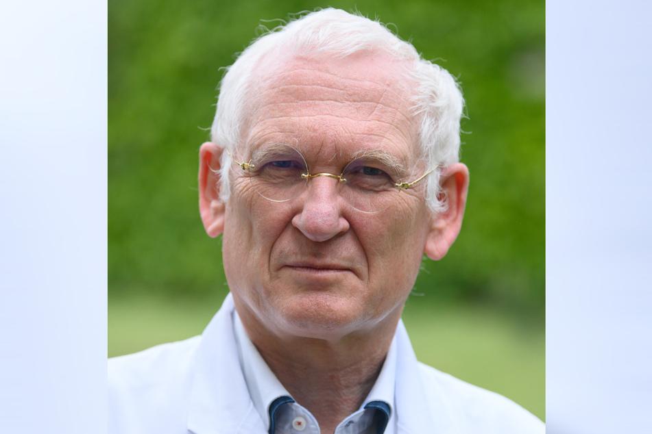 Klaus Heckemann, Vorstandsvorsitzender der Kassenärztlichen Vereinigung in Sachsen, steht in seinem Garten.