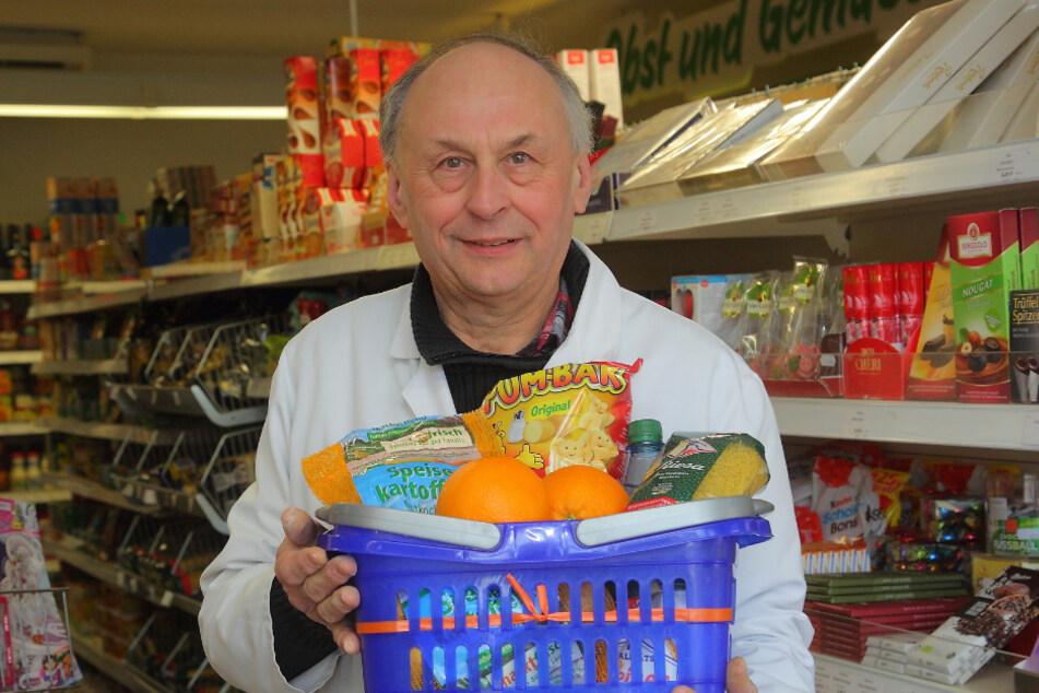 Marktleiter Frank Peterle (60) bringt besonders Gefährdeten in Rammenau die Einkäufe vorbei.