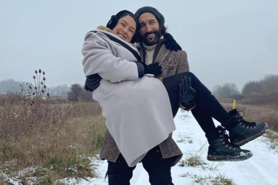Massimo Sinató (40) trägt seine Frau, Rebecca Mir (29), auf Händen.