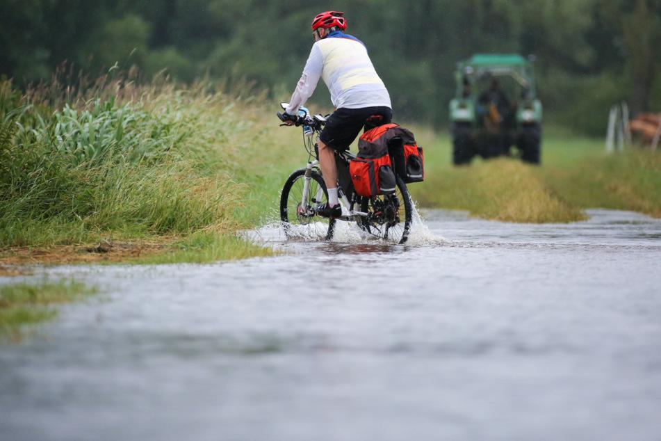 Riedlingen, vergangene Woche: Ein Radfahrer ist im Regen auf dem überfluteten Donau-Radwanderweg unterwegs.