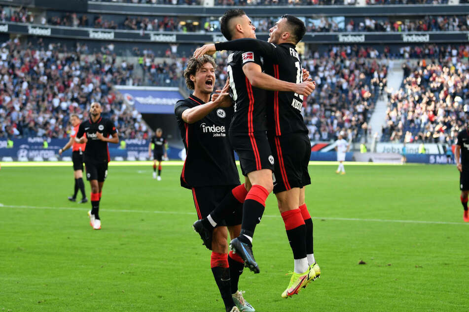 Torschütze Rafael Borré (2.v.r.) und Assistgeber Filip Kostic (r.) feiern den Ausgleich der Eintracht. Sam Lammers jubelt mit.