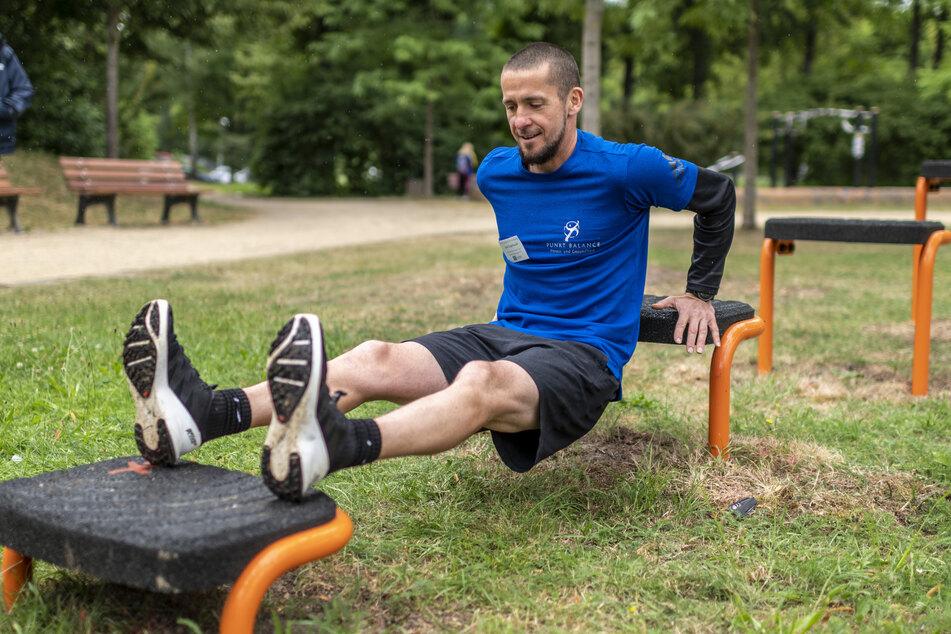 """Personal Trainer Axel Engelhardt (47) zeigt eine Übung an den """"Steppern""""."""