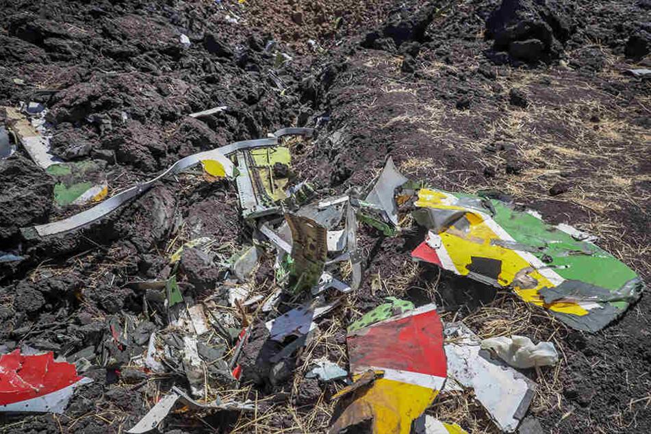 Blick auf die Trümmer eines Ethiopian Airlines Flugzeugs nach dem Absturz.