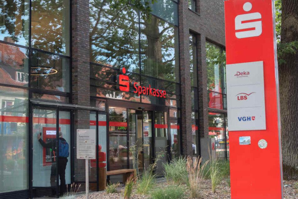 In der Sparkassen-Filiale in Buchholz brachen die Täter ein.