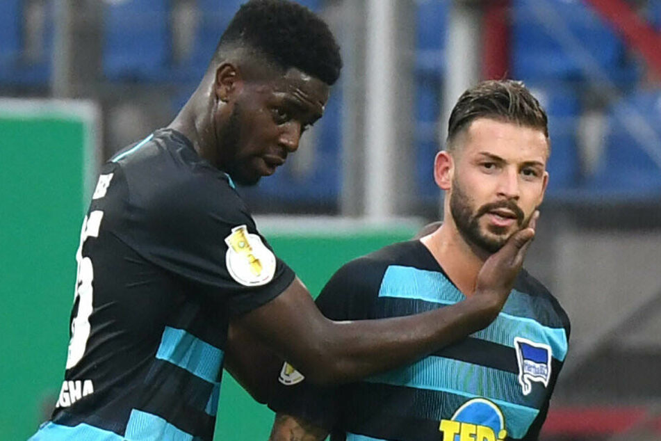 Jordan Torunarigha gratuliert Marvin Plattenhardt zu seinem Treffer gegen Braunschweig.