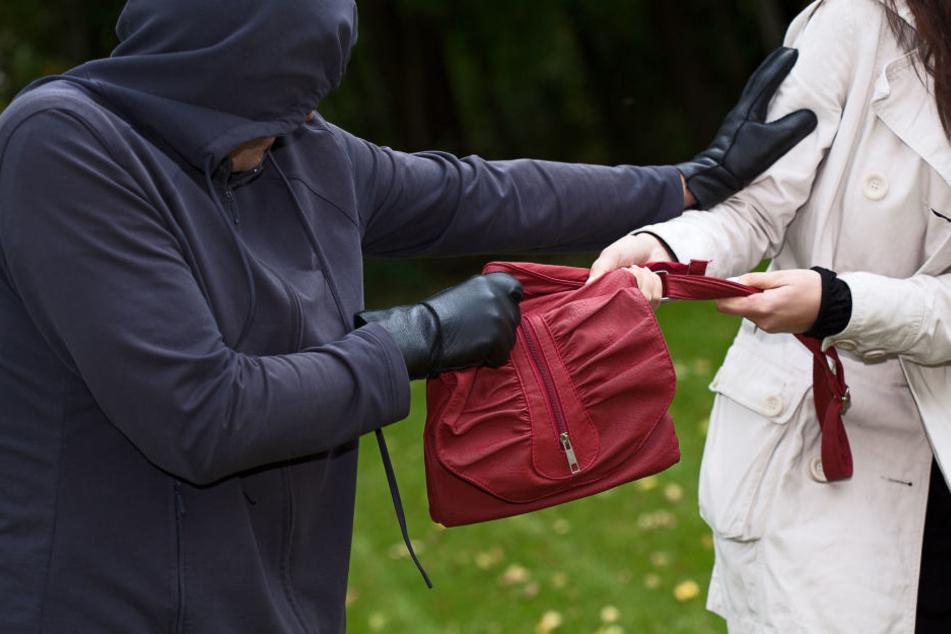Ein Mann hat versucht in Oelsnitz einer Frau die Tasche zu rauben, nun sucht die Polizei das Opfer.