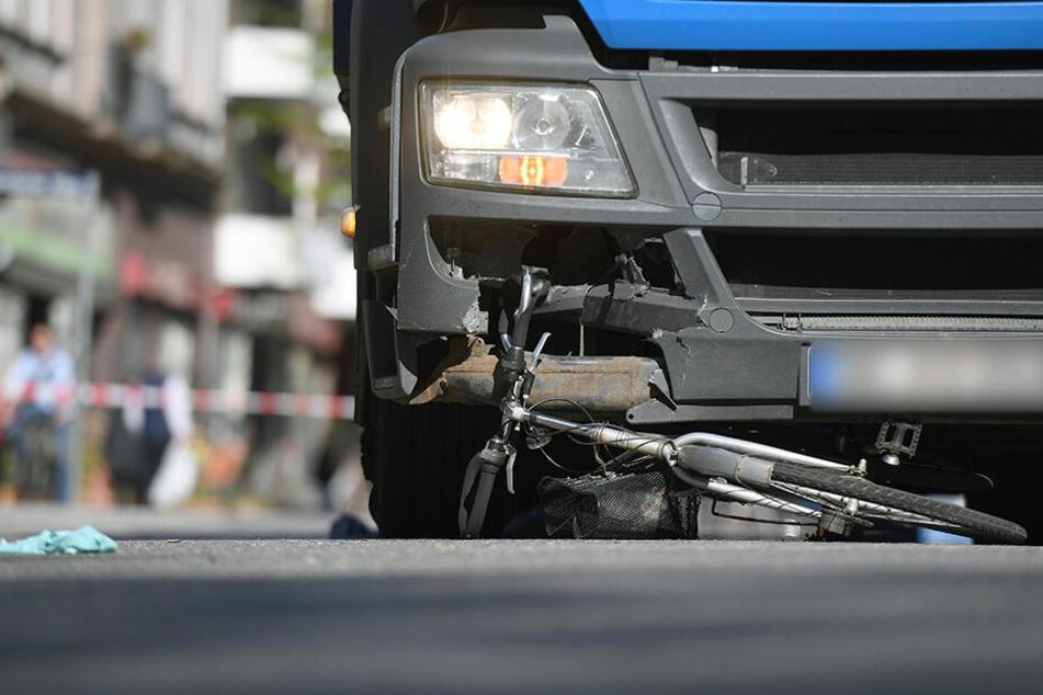 Das Fahrrad wurde unter dem LKW eingeklemmt und einige Meter mitgeschleift. (Symbolbild)
