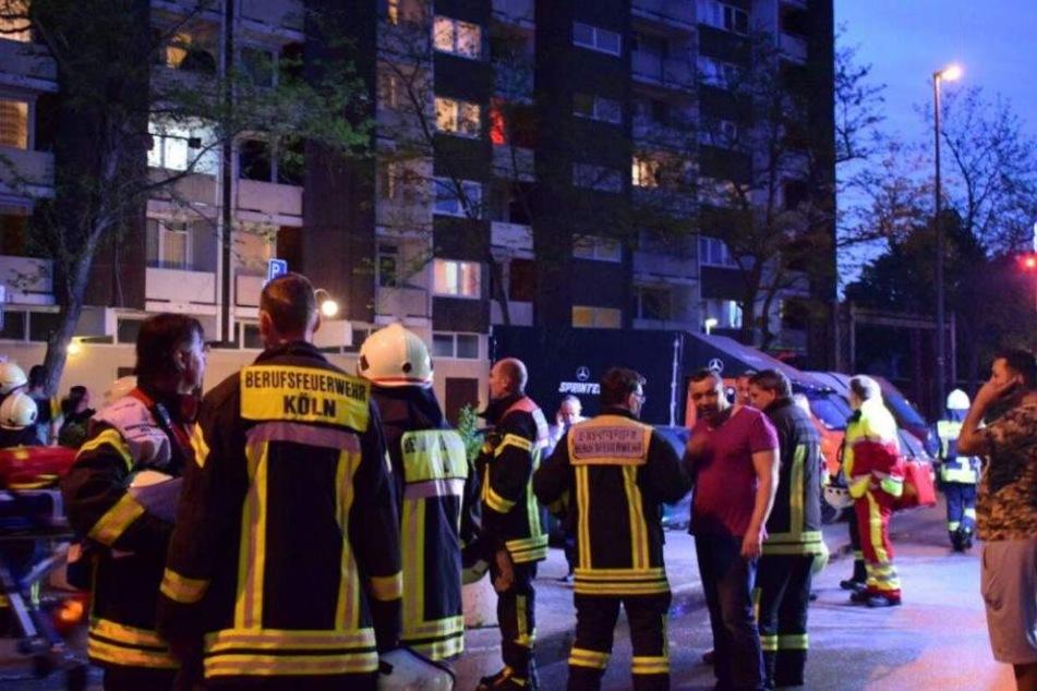 Brand im 13. Stock Feuerwehr löscht Wohnungsbrand in Meschenich