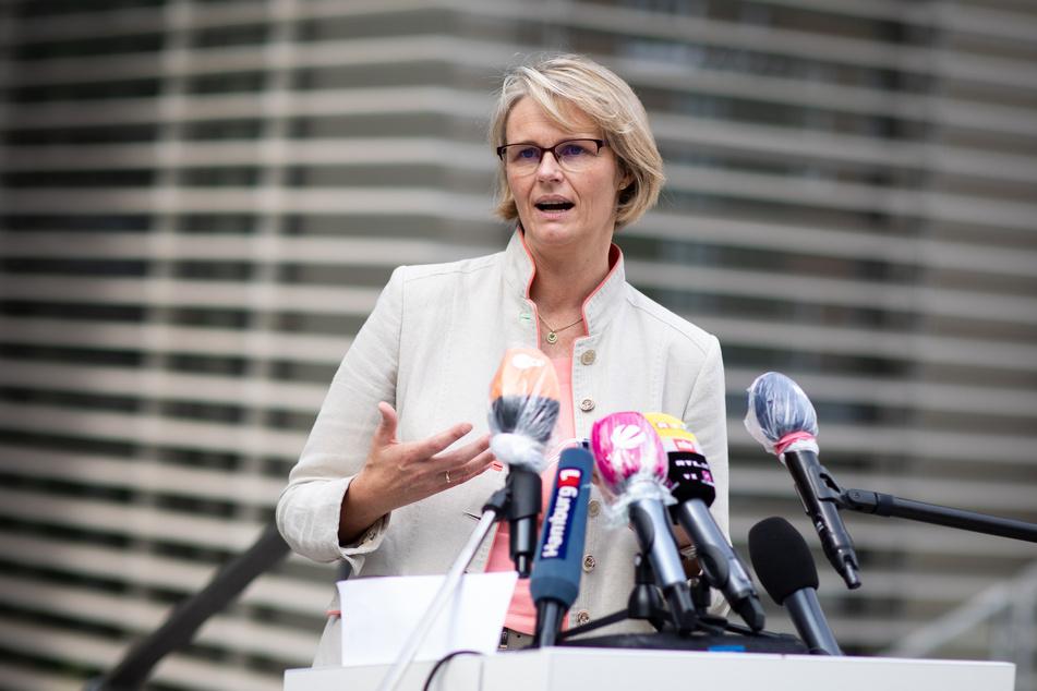 Vor dem Spitzengespräch von Bund und Ländern über neue staatliche Beschränkungen in der Corona-Krise fordert Bundesbildungsministerin Anja Karliczek erhöhte Anstrengungen, um den Schulbetrieb sicherzustellen.