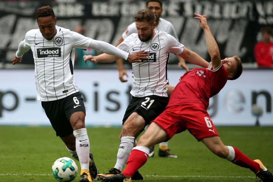 Marc Stendera (Mitte) ist im defensiven Mittelfeld zuhause.