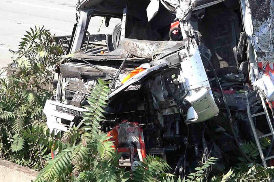 Schwerer Lkw-Crash: Fahrer in Lastwagen-Wrack eingeklemmt