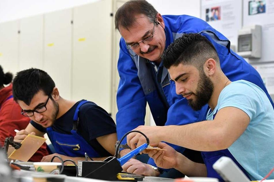 Junge Asylbewerber in einem Ausbildungsbetrieb.