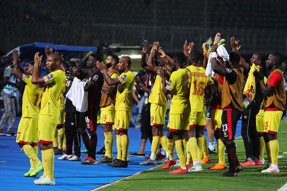 Raus mit Applaus: Für die aufopferungsvolle Leistung des Benin gab es von den Fans vor Ort viel Beifall.