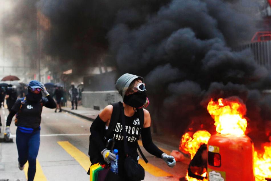 Brände werden oft von den Demonstranten gelegt.