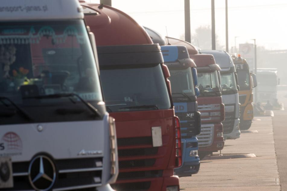 Lastwagen stehen dicht an dicht auf einem Rastplatz an der Bundesautobahn A2.