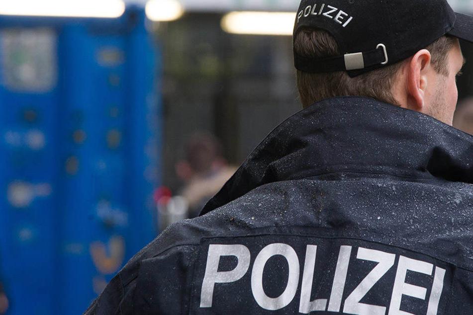 Im Dresdner Stadtgebiet schnappten sich die Beamten einen 37-Jährigen Trickbetrüger, der sich als falscher Polizist ausgab.
