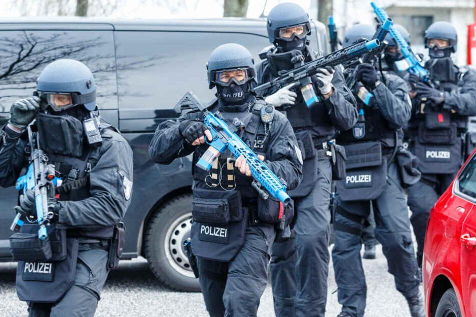 Schwerbewaffnete Polizisten haben in Glinde für den Ernstfall geübt.