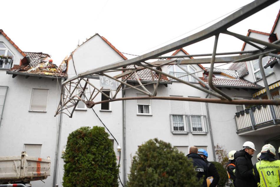 Der Baukran stürzte auf das Hausdach.