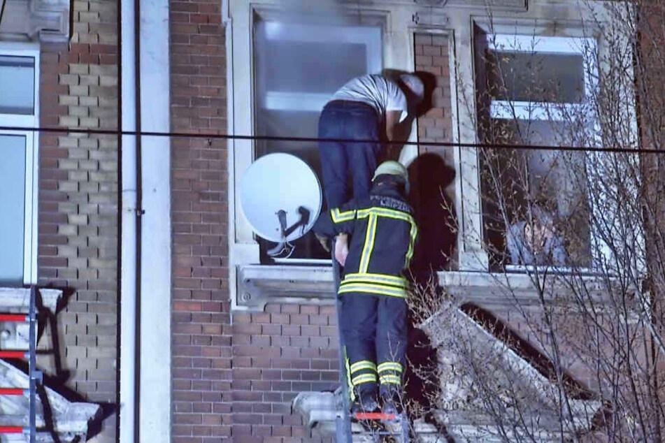 Mehrere Mieter mussten mit Dreh- und Standleitern aus dem verqualmten Haus gerettet werden.