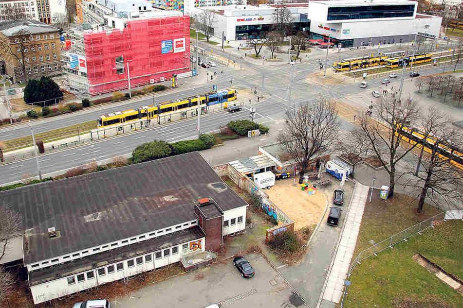 Ackis Sportsbar von oben (vorne).  Auf der anderen Straßenseite sind schon Neubauen hochgezogen, auch hinter der  Bar selbst sind Bauarbeiten angelaufen.