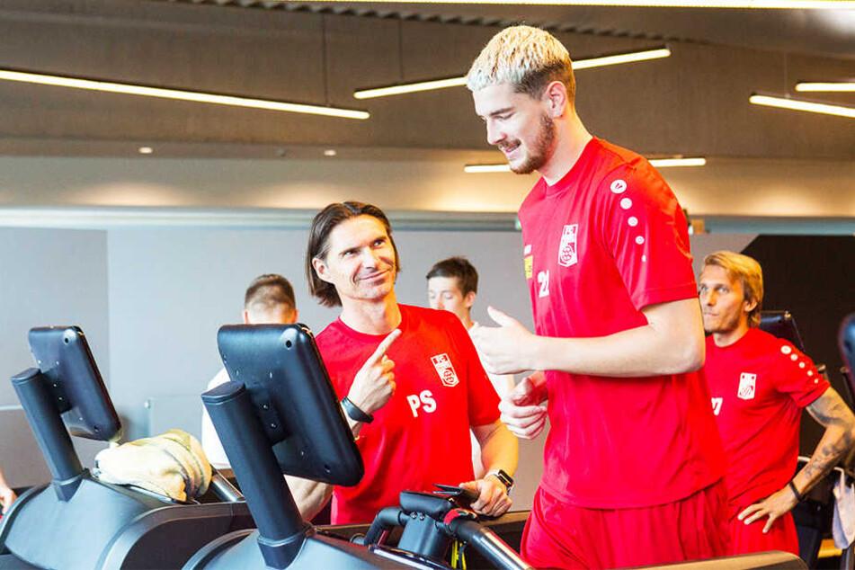 Trainer Thomas Brdaric (l.) freut sich über Neuzugang Quentin Fouley (Mitte). Lukas Novy (r.) schaut beim Laufbandtraining zu.