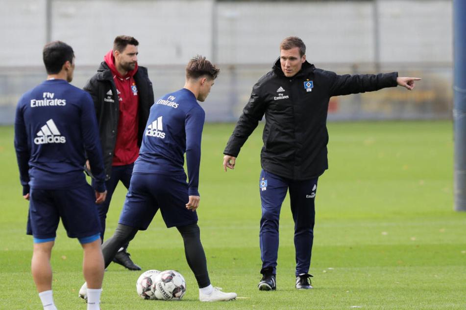 Trainer Hannes Wolf gibt im Training seinen Spielern die Richtung vor.
