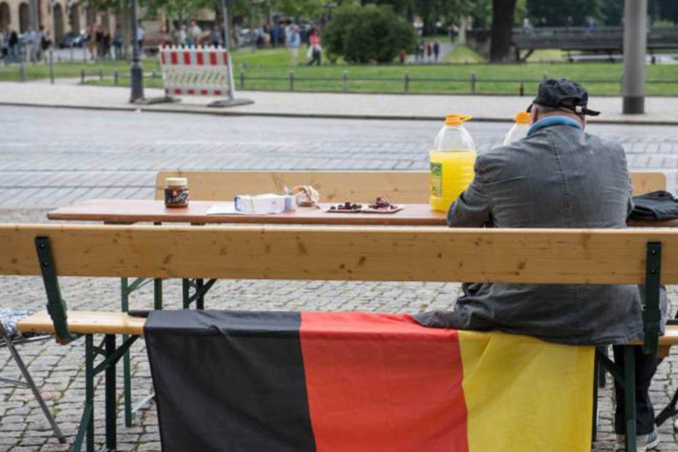 Mit Schwarz-Rot-Gold wollen die Antragsteller Schluss machen. Sie sammeln Unterschriften, um Sachsen nach Russland zu verlegen.