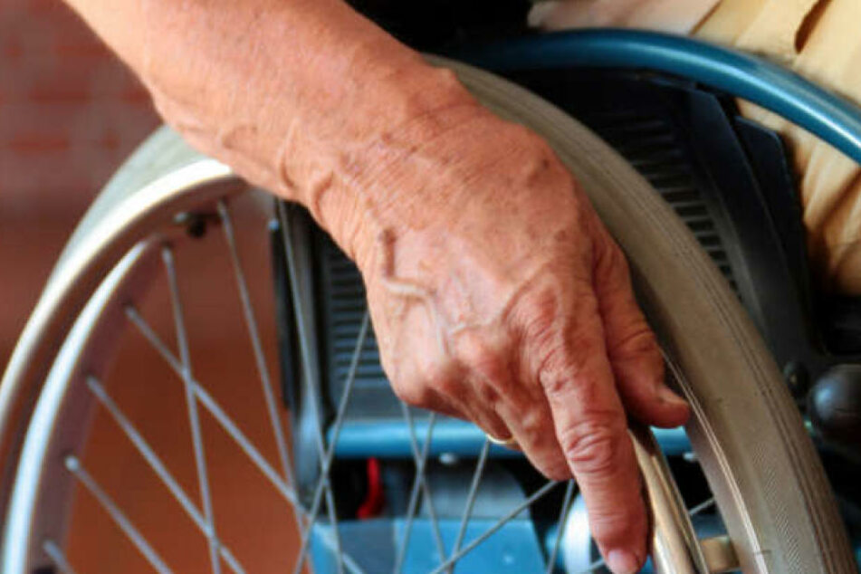 Der Räuber entriss der Senioren die Handtasche, die Frau stürzte dabei schwer. (Symbolbild)