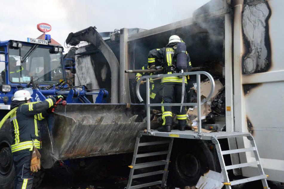 Die Feuerwehr holte das ganze Altpapier aus dem verbrannten Müllwagen.