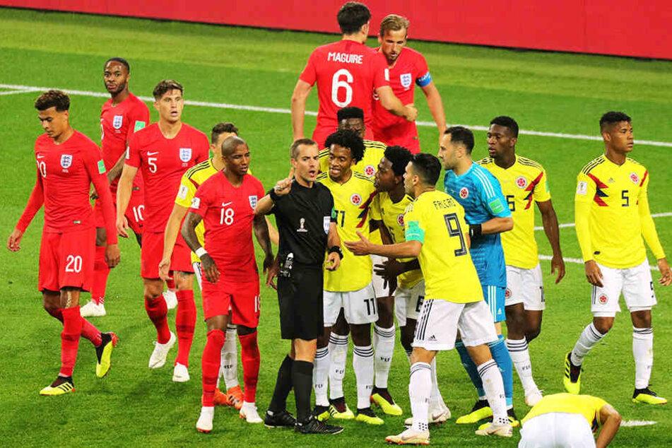 Eine typische Szene: Das Spiel war oft unterbrochen, es gab viele Rudelbildungen, was auch daran lag, dass Schiedsrichter Mark Geiger (USA) die Partie nicht unter Kontrolle hatte.