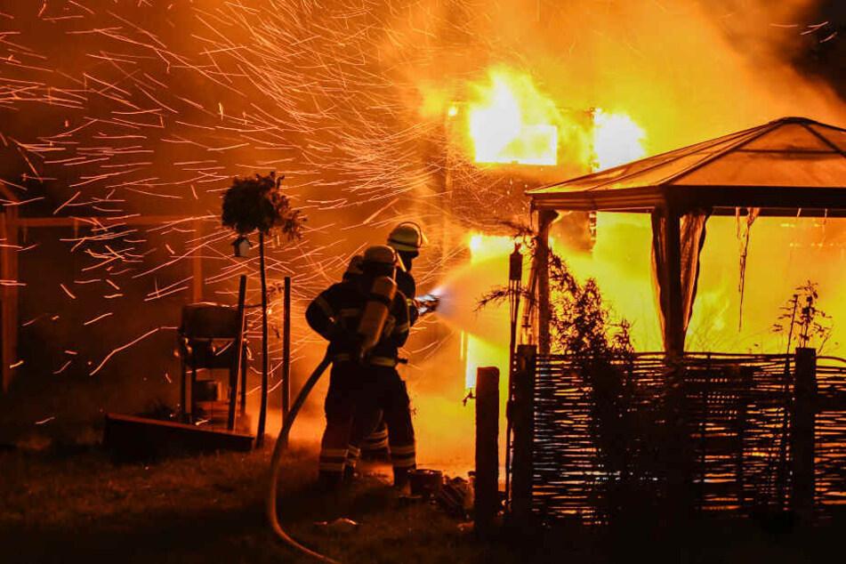 Feuerwehrmänner kämpfen gegen die Flammen.