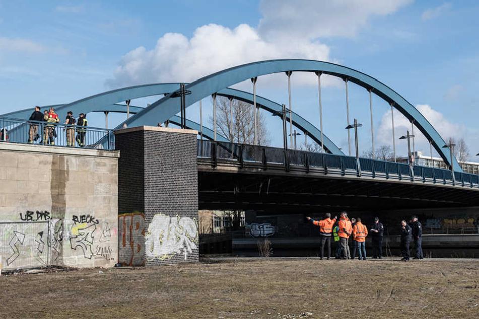 Experten begutachten den Schaden am Tatort Mörschbrücke in Berlin-Charlottenburg.