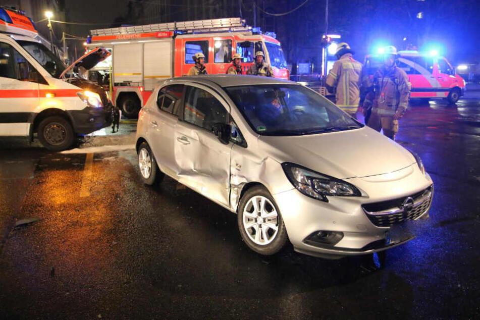 Der Opel und der Rettungswagen waren nicht mehr fahrbereit und mussten abgeschleppt werden.