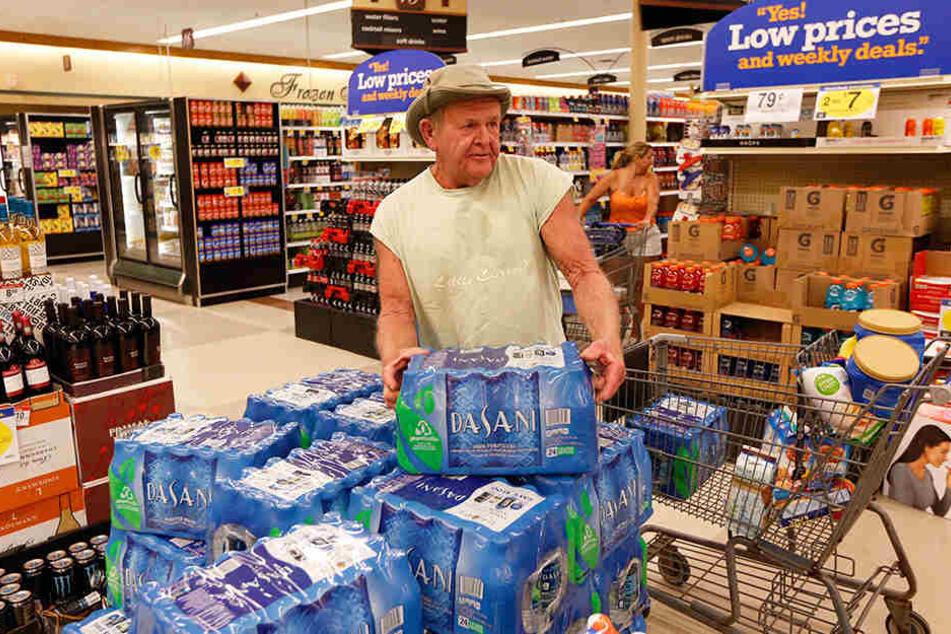 Ein Kunde kauft bei der Lebensmittel-Kette Kroger ein.