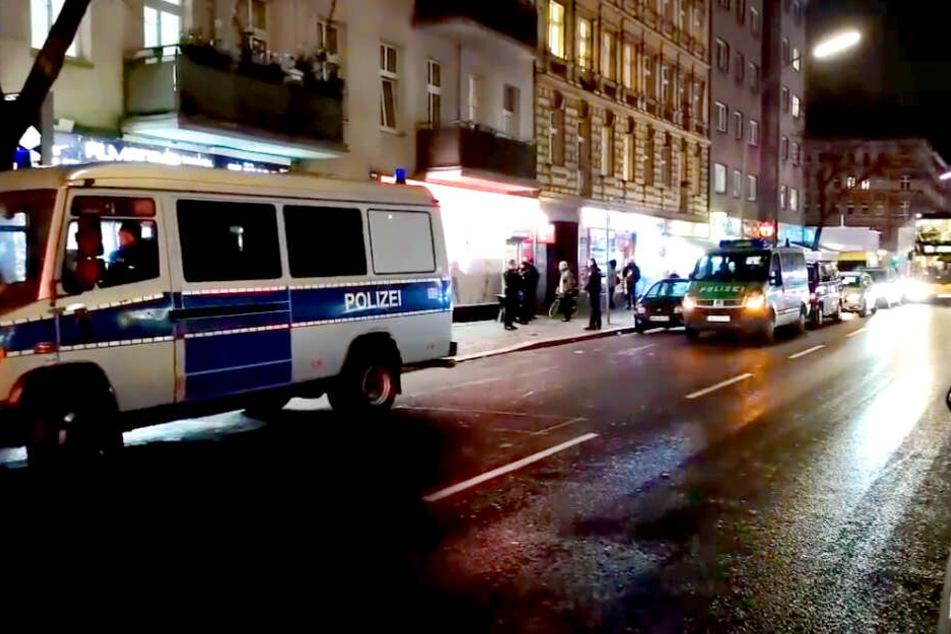 Die Berliner Polizei hat ein Video von einem großen Einsatz in Neukölln am Freitagabend veröffentlicht.