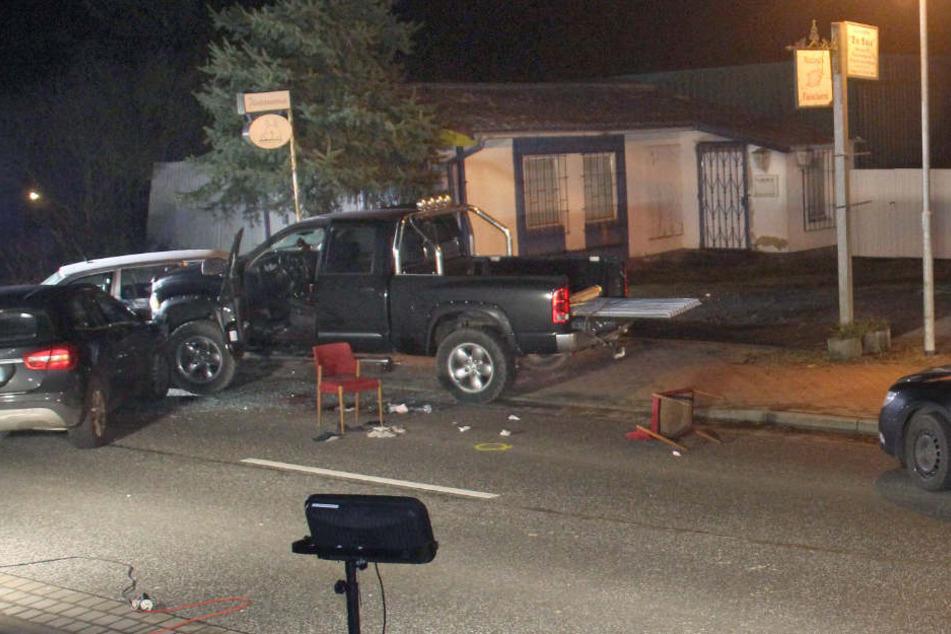 Nach dem Einsatz der Polizei stehen noch mehrere Autos auf der Straße. (Archivbilder)