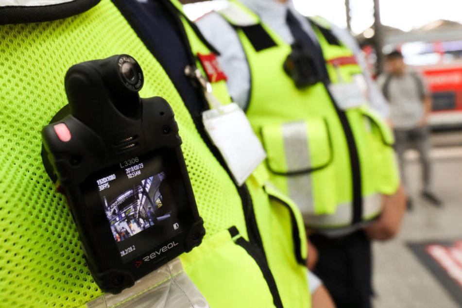 Die neuen Körperkameras, die die Bahn-Mitarbeiter benutzen.
