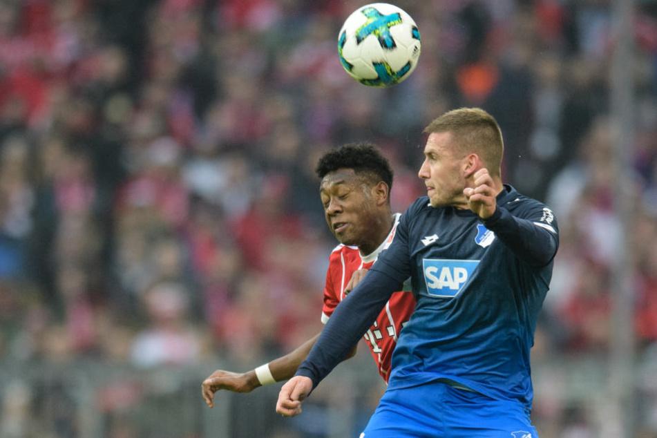 David Alaba vom FC Bayern München (l.) und Pavel Kaderabek von Hoffenheim im Kopfballduell um den Ball.