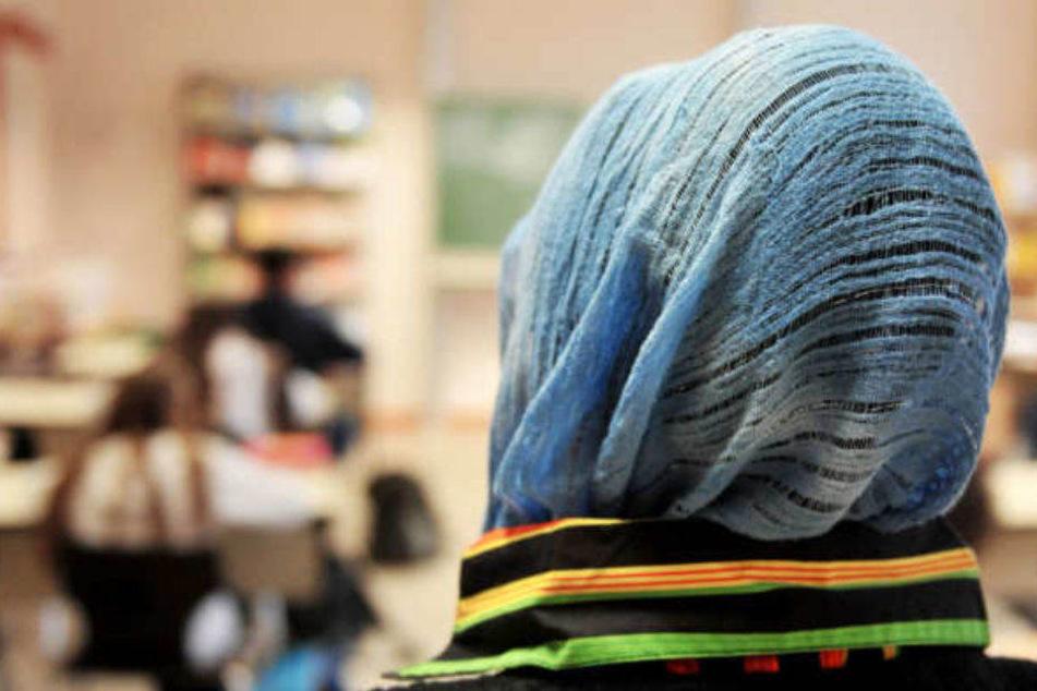 Eine Berliner Lehrerin hatte mit Kopftuch an ihrer Grundschule unterrichtet und wurde freigestellt. (Symbolbild)