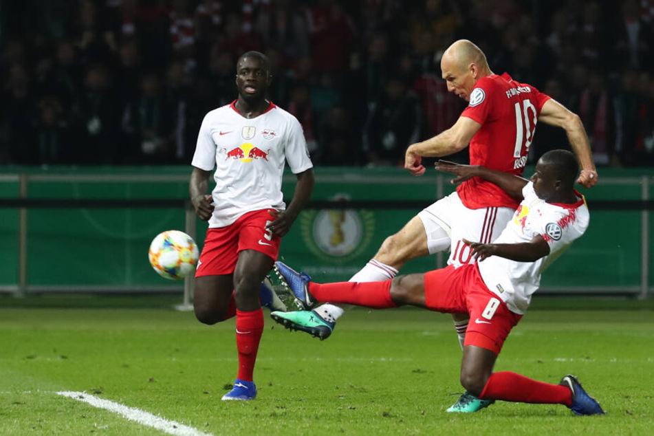 Da musste man genauer hinschauen: Arjen Robben von Bayern und Amadou Haidara (r) von Leipzig im Kampf um den Ball.
