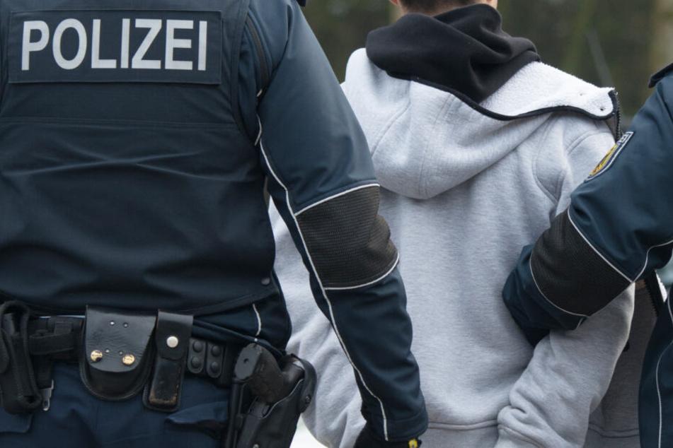 Die Polizei musste den 26 Jahre alten Mann in Gewahrsam nehmen. (Symbolbild)