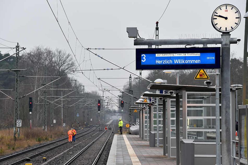 Betrunkener Mann streift Zug, fällt ins Gleisbett und bleibt liegen