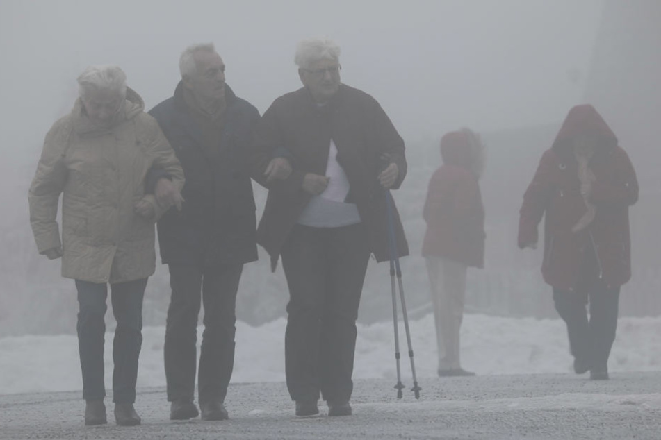 Spaziergänger mussten sich am Montag auf dem Fichtelberg warm einpacken.