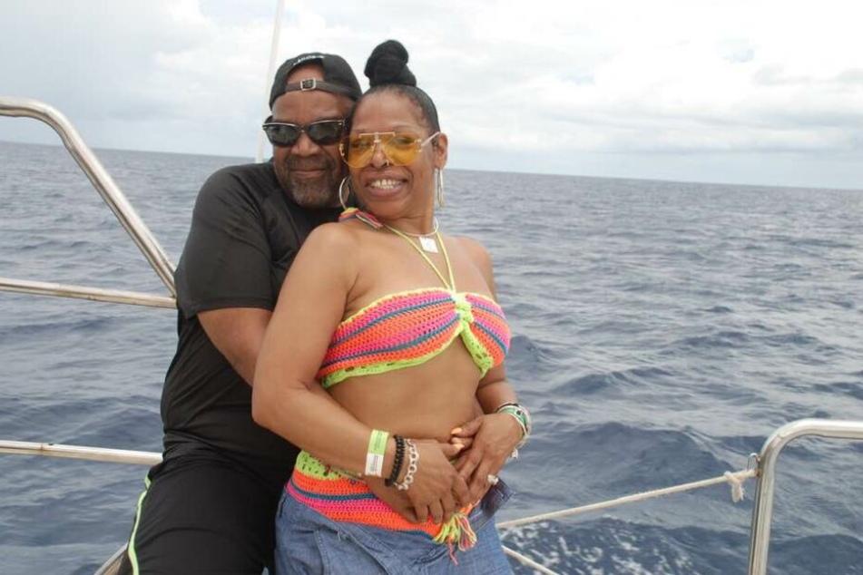 Cynthia und Nathaniel auf einem Boot.